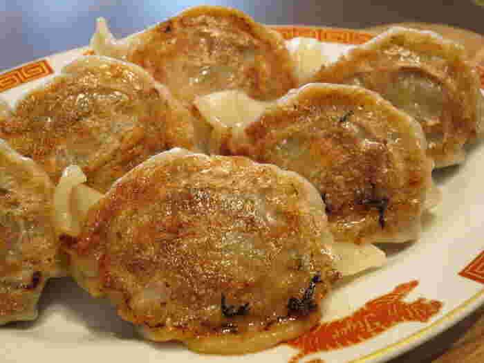 手打ちの焼き餃子・水餃子はもちもちとした食感が病みつきに。餃子はもちろん、前菜や炒め物、デザートなどのメニューも豊富です。