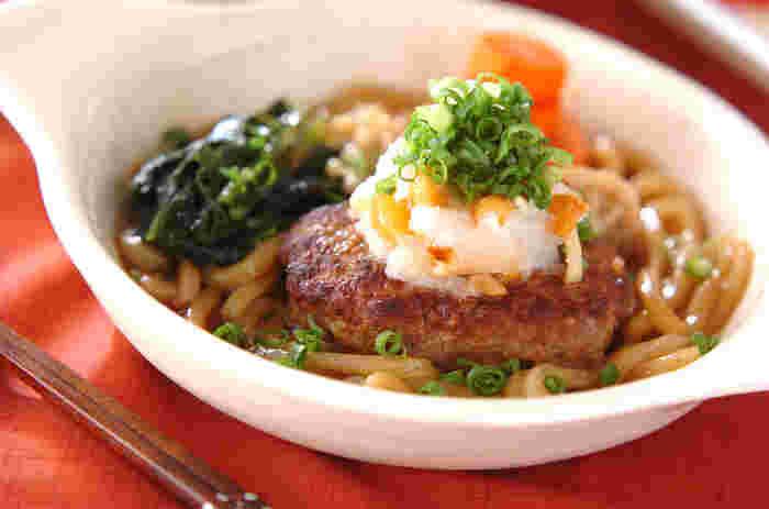 うどんとハンバーグをミックスした斬新なメニュー。一皿でお肉から野菜、キノコ類までたっぷりと摂取できます。仕上げに大根おろしを添えて、さっぱりとした味わいに。ワカメやタマゴなど、お家に常備している食材を加えても美味しそう♪