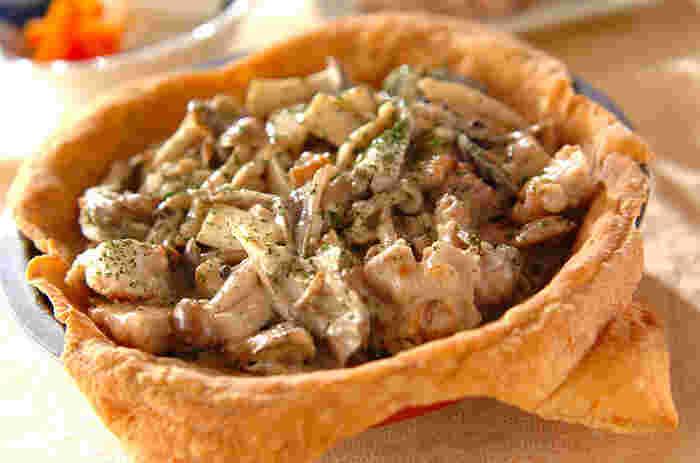 自然豊かできのこが豊富な北欧。フィンランドでは、きのこのパイのことをシエニピーラスといいます。ひとくち大に切った鶏もも肉と数種類のきのこをたっぷり使って。滋味あふれる森の恵みのごちそうパイです。