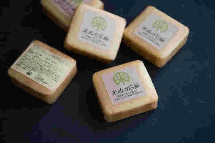 うちだ農場の米ぬか石鹸は、無農薬栽培されたパームとヤシの油に、保湿成分の米ぬかのエキスを配合したオーガニックの石鹸。キメ細かい泡でしっとりと洗い上がります。ラベンダーの香りも癒やされる石鹸です。