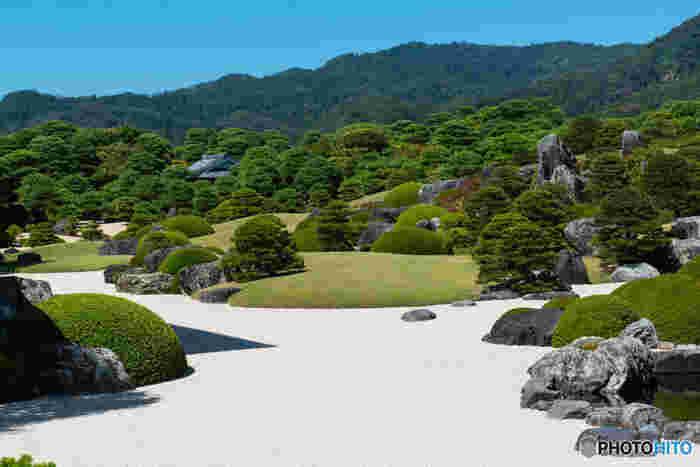 延べ5万坪にも及ぶこの日本庭園は、趣向を凝らした6つの庭園に分かれ、移ろう季節、眺める時、立つ位置でそれぞれに趣が異なり、一年を通して、風雅で味わい深い庭園を眺めることが出来ます。それは、まさに一幅の絵画を眺めるようです。