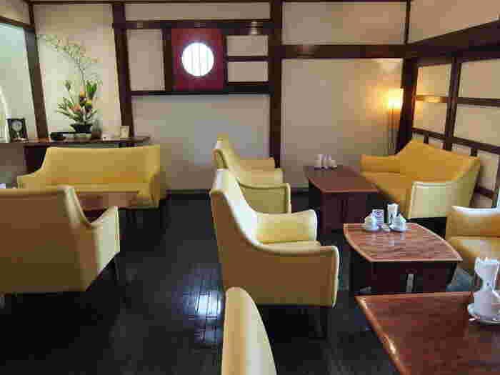 蔵の落ち着いた空間に、パッと花が咲いたような黄色いソファ。爽やかな気持ちで過ごせる明るいカフェですね。