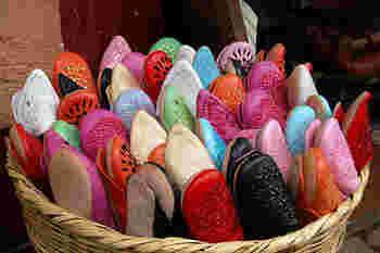 「バブーシュ」とは、モロッコの伝統的な革製の履物のことで、ペルシャ語の「足を覆うもの」を由来とします。かかとを踏みつぶした独特なデザインが特徴。モロッコでは屋外でも履くようですが、日本では主にルームシューズやスリッパとして使用されています。
