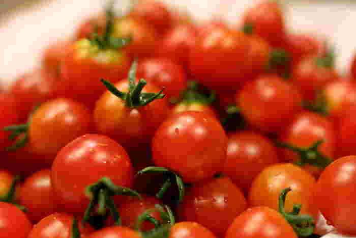 生で食べても美味しいトマトは、ドライにすることで美味しさが更に引き出されます。トマトに限らず干し野菜には旨味や栄養をぎゅっと凝縮させる効果があるので、是非お試し下さい!