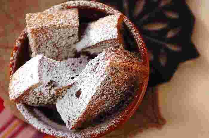 中までココア卵液がしっかり染み込んだジューシーな「ココアパンプディング」。卵液にココアを入れ、そこにカットした食パンを漬けこむだけでOKです。ちょっと甘い物が食べたいなと思ったときに、すぐに作れるのが嬉しいレシピです。