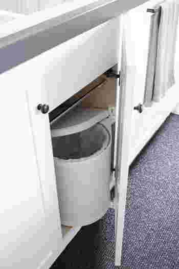 ゴミ箱を置かないという選択肢もありますが、生活感はなくなるもののどうしても不便になってしまいます。そんなときはゴミ箱自体を見えないように隠す方法も。扉付きのシンク下に置けば上手く隠しつつ、調理中のゴミもすぐに捨てられますね。キッチンのゴミ箱はニオイ防止のために蓋付きがおすすめです。
