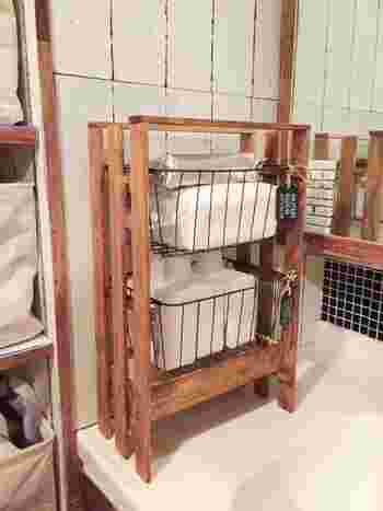 ワイヤーバスケットと木箱を組み合わせて収納力をアップしたすのこラック。ペイントをすることで、お部屋に馴染むナチュラルな雰囲気に。洗面所でタオルや洗剤を入れたり、キッチンワゴン代わりなど、さまざまなシーンで使えます。