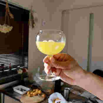 ワイングラスって、繊細で割れやすそう…と感じている方もいらっしゃるかと思います。そんな概念を覆してしまいそうな、「LIBBEY」のワイングラス。ころんと丸みを帯びたフォルムがなんとも愛らしく、世界中のカフェやバーでも使われているそうです。 もともと業務用に作られたワイングラスということもあり、その丈夫さには安心できるものがあります。ワインを飲む時だけではなく、コーヒーやジュースなどを注いで普段使いもしやすそうです。大人と同じアイテムでパーティー気分を味わいたいお子さんにも喜ばれそうですね。