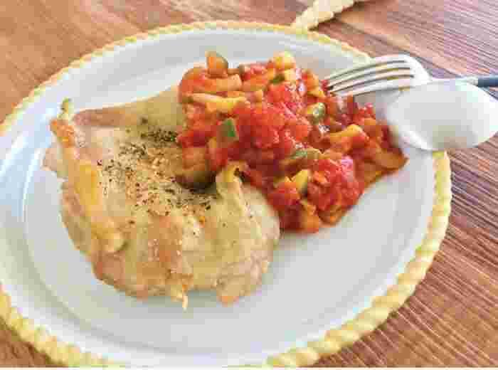 鶏もも肉に自家製トマトソースを添えた華やかなメインディッシュ。 鶏肉に下味を付けたら、すぐに焼くのが美味しく仕上げるポイント。外側はパリッと中はジューシーなチキンに焼き上がります。  トマトソースは、セロリやピーマンなどに具材を変えてもOK!鶏肉だけでなく、魚やパンに添えるのも◎ トマトと野菜の彩りで、パーティーらしいカラフルなメインディッシュが完成します。