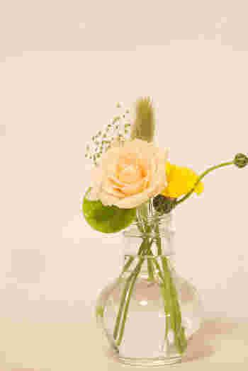 植物好きの方も、昔お花屋さんになりたかった方へもオススメしたいフラワーアレンジメント。 大げさなものだけでなく、野に咲く花もかわいく飾ってあげましょう。 クリスマス前にはリース作りをしたり、季節と共に楽しめます。