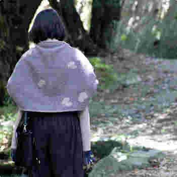 最高級のメリノウールと、子羊からとれる柔らかなラムウールで編み上げた、極上の1枚。普通のウールよりも柔らかく軽い手ざわりが特徴です。おうちの中だけでなく、お出かけのおともにも。