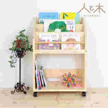 壁一面は難しくても、優しい木目のこんな絵本棚はいかがでしょうか。 キャスターも付いていて使いやすそうですね。