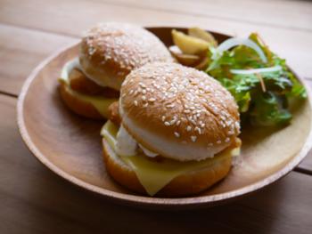 真だらを使って作る「フィッシュバーガー」。真だらならではのふっくらとした食感と、甘いタルタルソースの組み合わせがクセになる味わいです♪生クリームとレモン汁を加えたタルタルソースが、贅沢な味わいの秘密。