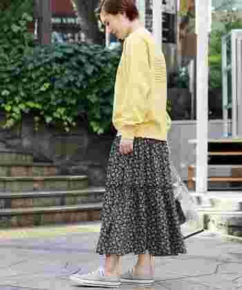 ベージュコンバースは、肌色とも馴染みがいいので、素足で履いても寒々しく見えません。優しい印象のスカートとも好相性ですね。