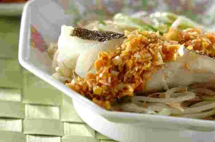 こちらはモヤシとネギの上に鱈をのせてレンジで酒蒸しにして、ニンニク&生姜の特製中華ダレをかけた美味しい蒸し料理です。薬味たっぷりで栄養満点。時間と手間がかかる蒸し料理も、レンジで加熱すれば短時間で簡単に作ることができますよ。