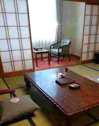 旅館ならではの落ち着いた空間で、あたたかいお茶を飲みながら、ほっこりと過ごしたくなります。和風な客室はやっぱり落ち着きますね。