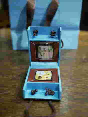 「ブルーボックス トートバッグ(2個入り)」は、小さなトート型のバッグに入ったガナッシュの詰め合わせ。ガナッシュひとつひとつに、アーティスティックなデザインが施されています。  通販ではフレーバーを選べないものの、それだけに開けた時のワクワク感も倍増♪フレーバーリスト&バラの花びら(造花)を入れてお届けしてくれます。