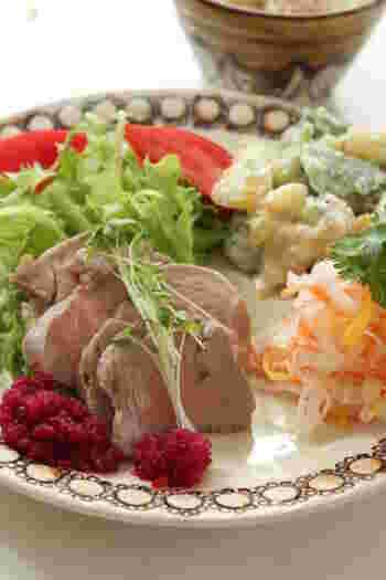 しっとりやわらかな豚ヒレ肉のコンフィ。クミンを使ってスパイシーに仕上げ、ご飯のおともにも、お酒のおつまみにもピッタリな一品に。