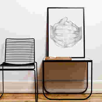 人の手を描いたインパクトのあるポスターは、テーブルと椅子のフレームが持つ雰囲気とうまくリンクしています。一人でゆっくりできそうな空間が出来上がりました。