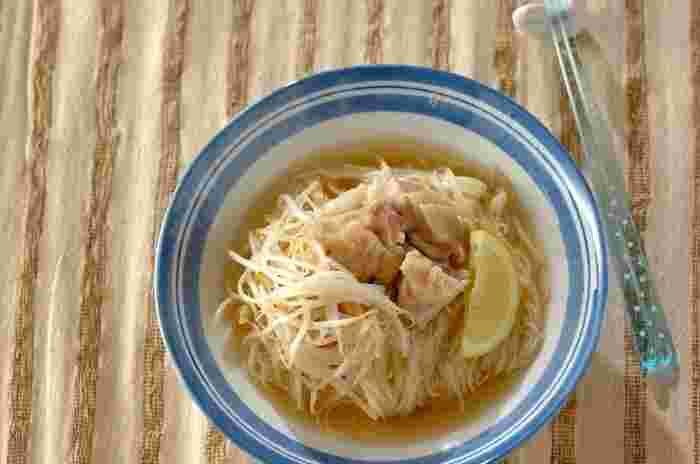 ベトナムのフォー風のにゅうめん。鶏もも肉を煮たスープに別茹での素麺を入れもやしをトッピング。仕上げにレモンを添えて絞って食べるのがポイントです。