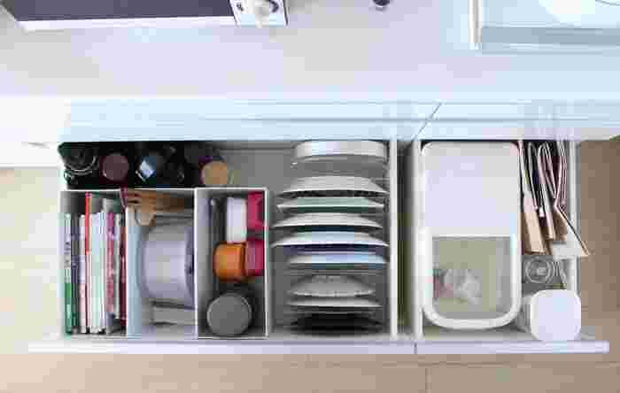 こちらの良品生活さんのお家では、キッチンボードの引き出しの一段目が、小皿・お椀・カトラリー類の定位置です。食洗機から移動するのも一番ラクな高さなので、キッチンでの作業がよりスムーズにできそうですね。グラスやカップの定位置は、小さいお子さんでも取り出しやすい二段目の引き出しに。深さのある三段目には、大皿やお弁当箱などを立てて収納しています。見た目も美しく機能的な「引き出し収納」をヒントに、さっそく食器類の定位置を見直してみましょう。