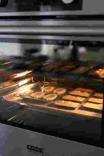 一年のうちに、オーブンを使うのは数える程度。そんな人でも、オーブン料理を覚えたら、毎日、使いたくなってしまうこと間違いなし!きちんと下ごしらえをしておけば、忙しい朝にだって使いこなせるようになりますよ。覚えておくと便利なオーブン料理をご紹介します。