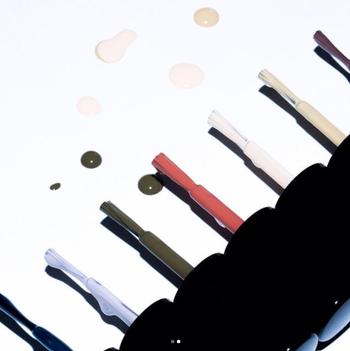 ブランドの象徴カラーである「ロゼ」、トレンド感のある「スモーキーブラウン」、ノーブルな印象の「プルシャンブルー」など、オンラインショップでの販売に加え、各店限定のカラーもあるので特別感のあるネイルが気分を盛り上げてくれます。