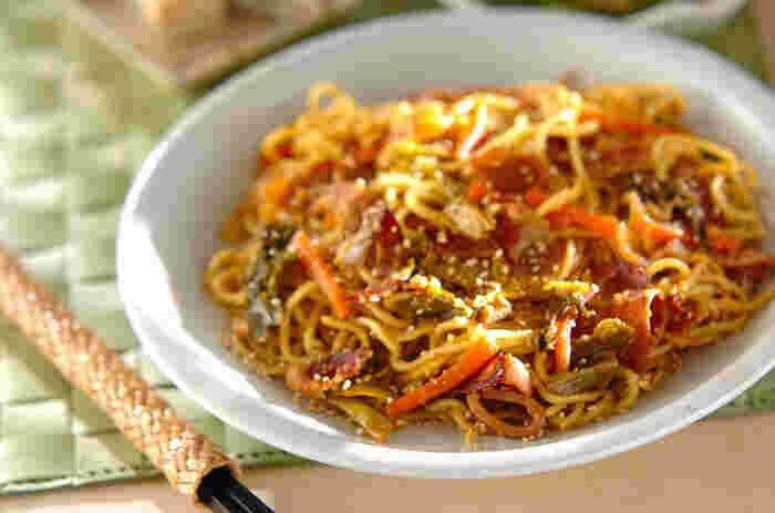高菜のお漬け物を入れて、あっさりとした焼きそばに。チャーシューのこってり感とメンマの歯ごたえが加わり、絶品です。