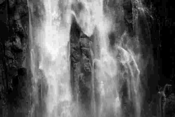 那智の滝そのものを祭神として祀る飛瀧神社境内からは、すぐ間近で滝を眺めることができます。むき出しの岩肌と白いしぶきからは、大自然の美しさと同時に畏怖さえも伝わってきます。