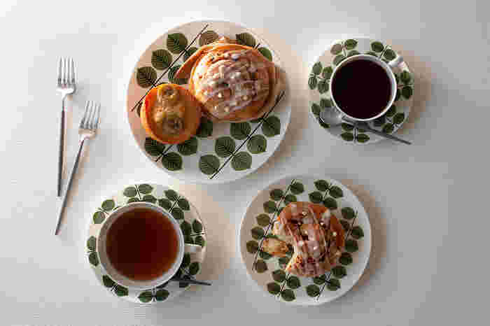 北欧らしいデザインのグスタフスベリのプレートには、同じく北欧のおやつであるシナモンロール、そしてコーヒーを合わせて。取り分け用のお皿や、カップ・ソーサーまでお揃いにすることで楽しいテーブルになります。