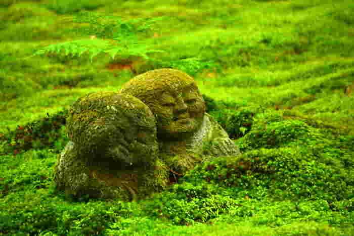 仲良く寄り添う双子のようなわらべ地蔵は、眺めているだけで、心が美しくなってゆくような参拝者を癒す不思議な魅力を持っています。