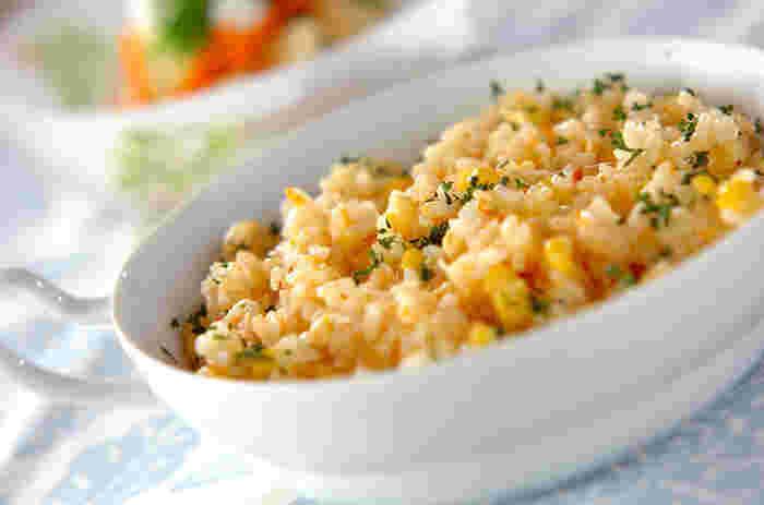 生のトウモロコシ、缶のホタテを合わせて炊飯器で炊き上げるバターライスレシピです。牛乳もくわえてまろやかな味わいに。