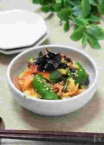 夕食の一品にも、おつまみにもぴったりの、きゅうりのキムチ和え。きゅうりは包丁で切るより、麺棒などで叩き切ると味がなじみやすいです。