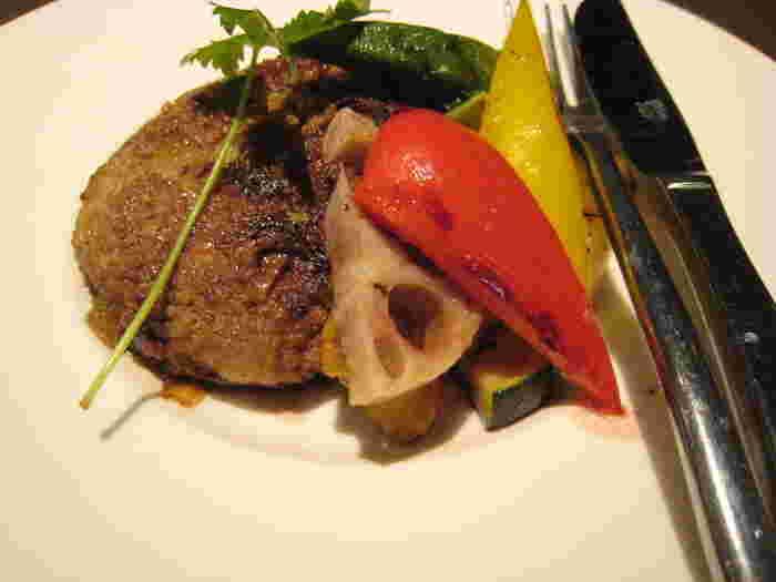 こちらはランチのハンバーグ。付け合せのお野菜の盛り付けも美しく、目にも鮮やか。