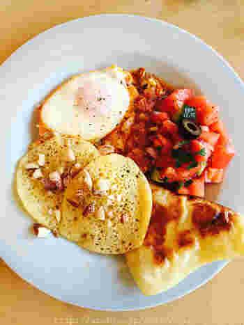 モロッコの朝食では、四角いクレープ「ムサンメン」や、穴がたくさん空いたパンケーキ「バグリール」を頂きます。また、タジン鍋で作るトマトベースのベルベルオムレツや、スパイスが効いたモロッカンサラダも美味しそう!
