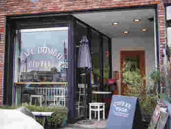 ニューヨーク・ブルックリンにあるダンボ地区をイメージしたお洒落なレンガ造りのカフェ。ドリップコーヒーと体に優しい素材を使った自家製のアメリカンスイーツが自慢です。