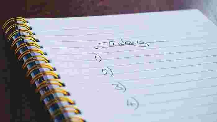 もう、一杯一杯だな..と感じたら、たとえば「今日やること」を一旦紙に書き出してみましょう。あれもやってこれもやって、そして優先順位を付けて...。手書きだと当然、あんまり多いと疲れます。実際に、今の自分に処理できる量ってこのくらいって気付くきっかけになるかもしれません。それに書いているうちに、なんだか感情まで移入して、やる気や元気が湧き上がってくるような。もしかすると、この習慣、続けると良い効果がありそうです。あなたも優秀なノート&ペンをお供に始めてみませんか?