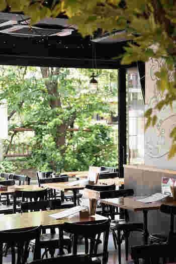 目黒川沿いという立地の良さを考えると、コスパの良さには驚くはず。広々とした店内には60席ほどが用意されています。お天気の良い日に訪れたくなるお店です。