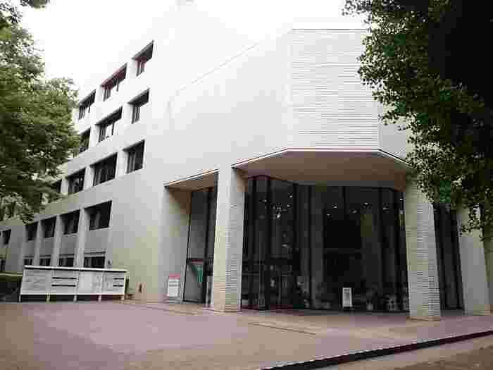 1973年に、都立日比谷図書館の蔵書を引き継ぎ広尾に開館した東京都立中央図書館。国内の公立図書館で最大級の蔵書数約202万札を誇る図書館です。有栖川記念公園内にあるのでお散歩がてらに立ち寄るのもいいですね。