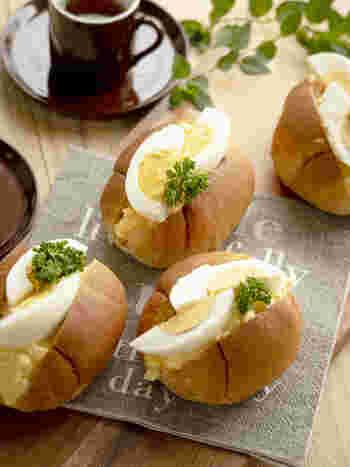隠し味の牛乳と砂糖を入れることで、滑らかさと甘味をプラス!まるで、パン屋さんのタマゴサンドみたいな美味しさです。 トッピングにゆで卵をゴロっとのせることで豪華さもUP。詰める方の卵ペーストを柔らかく作ることで、卵の食感の違いを楽しみましょう!
