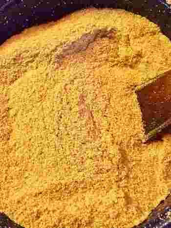 ぬかを入れるときは、ぬかを炒り、玄米2:ぬか2:塩1。ラベンダーなどのハーブやヨモギを入れるのもおすすめ。ちなみに、小豆カイロの場合は、小豆だけを入れるようです。