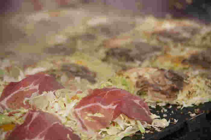 やっぱり広島風お好み焼きは食べておきたい! 鉄板の上で焼き上がったお好み焼きを、はふはふしながらヘラで食べるのが最高においしいんです♡