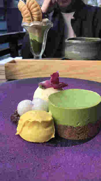 「京抹茶のレアチーズケーキ」は、ほうじ茶の香ばしいスポンジに宇治抹茶を練り込んだレアチーズをのせた上品なスイーツ。アイスや白玉なども添えてあり、いろいろな食感が楽しめます。ぱっと目を惹く盛り付けもステキですね。