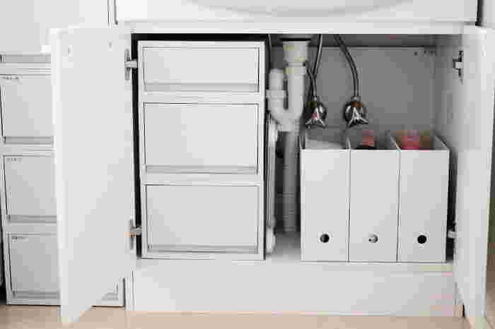 洗面所の収納が整えば、インテリアとして素敵なだけでなく使い勝手も良くなります。こちらのお宅のように、扉付の収納の中も引き出しケースやファイルボックスで仕分けすることで、モノの増えすぎや買い過ぎも防ぎます。