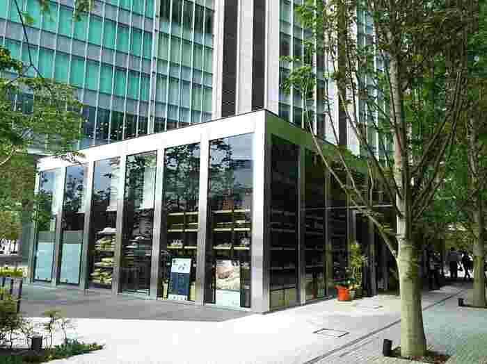 アール・ベーカー(R Baker)は、今年2017年6月にオープンしたばかりの横浜・みなとみらいにあるベーカリー。オフィスビルやショッピングビルが立ち並ぶ中に、緑に囲まれるようにひっそりと建っています。