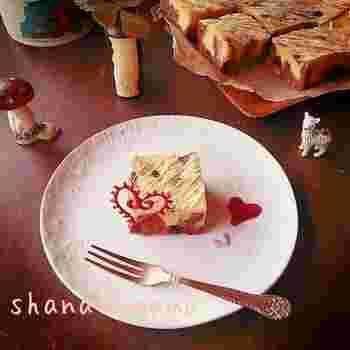 ビターチョコとホワイトチョコが2層仕立てになった欲張りブラウニーは、バレンタインや手土産におすすめ。チョコペンで作ったハートの飾りがカワイイ♪