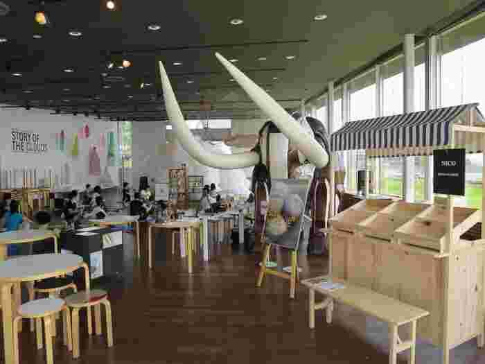 併設された「象の鼻カフェ」は、高い天井と広々とした空間がとても気持ちいいスペース。とてもシンプルでありながら、そのロケーションが横浜気分を盛り上げてくれて、ついついゆっくり過ごしたくなる場所です。