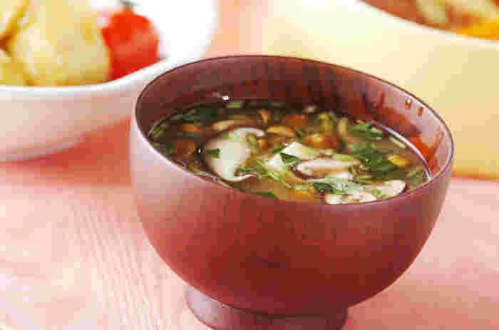 ●椎茸のみそ汁  椎茸となめこを使ったキノコたっぷりのお味噌汁。デトックス効果がよりUPする舞茸に変えても◎。女性の健康と美容の味方、大豆イソフラボンがたっぷり含まれている豆腐もプラスして、栄養バランス抜群の一品です。