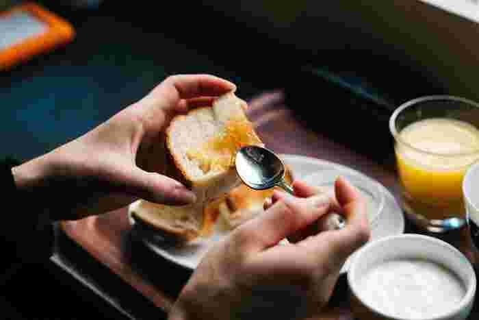 【アレンジ】 風味とコクが癖になるアーモンドバターはトーストにつけて食べるのが一般的ですが、温野菜と和えて食べてもおいしいのだとか。胡麻だれの代わりに、と考えるとアレンジも色々広がりますね。お菓子作りにも活用でき、白玉やお餅にかければ和スイーツも楽しめます。