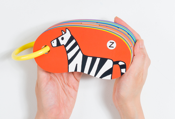 柔らかな楕円が手に取りやすいカード。大きなリングは繋ぎ目が目立たず、小さな子どもにも安心して持たせられます。